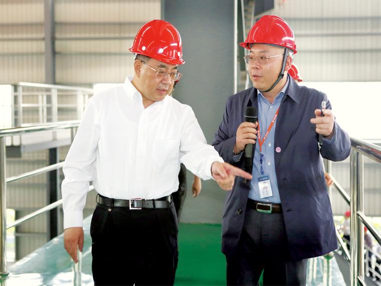 2014年5月,中央政治局委员、广东省委书记胡春华一行莅临肇庆亚博全站考察、调研