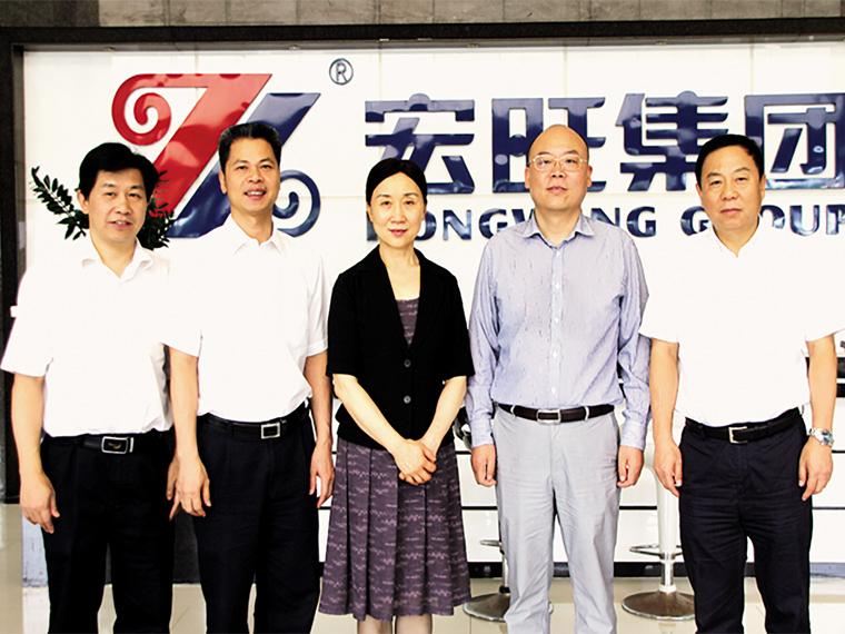 2015年8月,湖南省委常委、统战部部长李微微一行莅亚博全站考察、调研